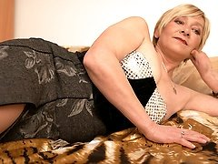 Mature Eranka loves to masturbate on her bed